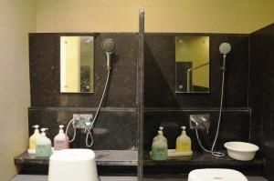 写真5-5_男湯浴場シャワースペース