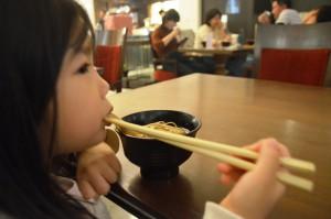 写真6-4_年越しそばを食べる娘