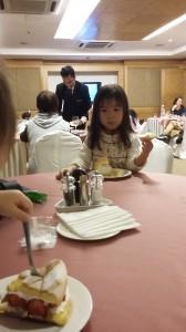 写真7-10_購入したケーキを食べている様子(3)